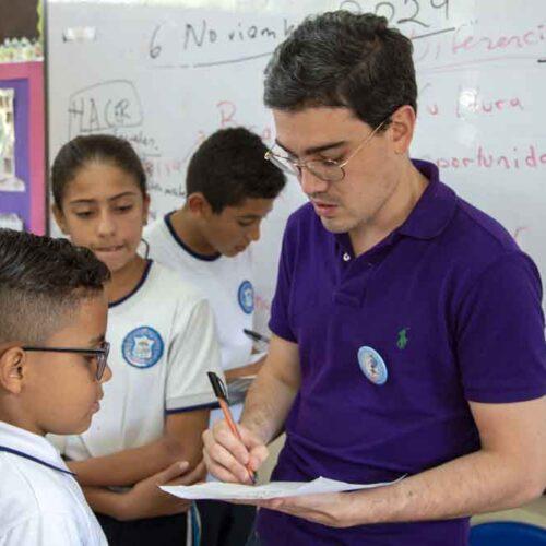Juan David Aristizábal trabajando con los Innovadores del Futuro